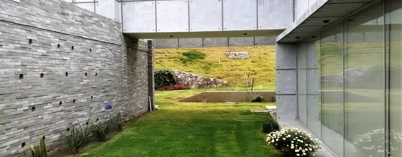 Casa en Riobamba, Ecuador: Chalets de estilo  por Brassea Mancilla Arquitectos