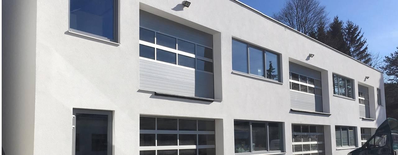 Die Lagerhalle mit Pfiff archipur Architekten aus Wien Minimalistische Geschäftsräume & Stores Stahlbeton Weiß
