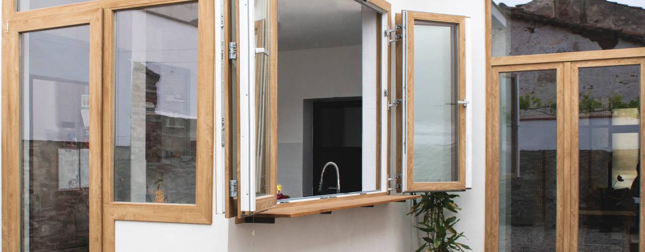 Reforma integral de vivienda unifamiliar en Argentona, Sant Ferran. Paredes y suelos de estilo moderno de Divers Arquitectura, especialistas en Passivhaus en Sabadell Moderno