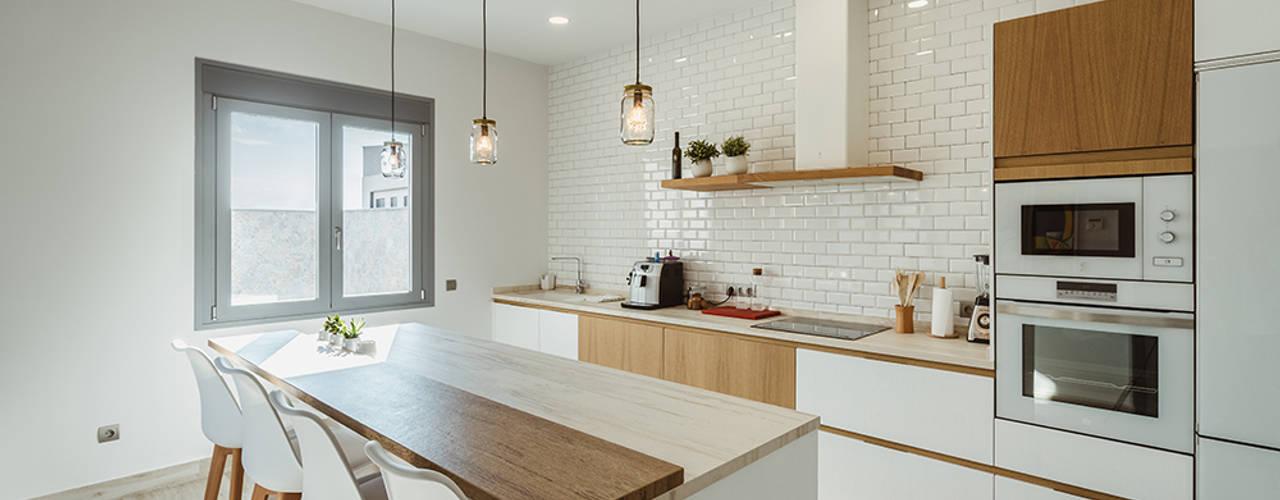 Original casa moderna con 4 patios. OOIIO Arquitectura Cocinas integrales Madera Blanco