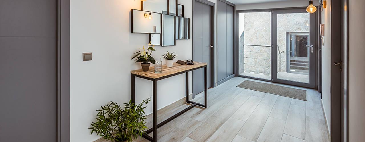 Original casa moderna con 4 patios. Pasillos, vestíbulos y escaleras de estilo moderno de OOIIO Arquitectura Moderno