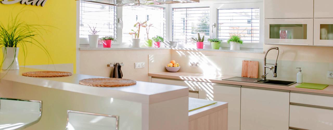 Moderne kleine Küche in weiß Hochglanz mit viel Stauraum von T-raumKONZEPT - Interior Design im Raum Nürnberg Modern