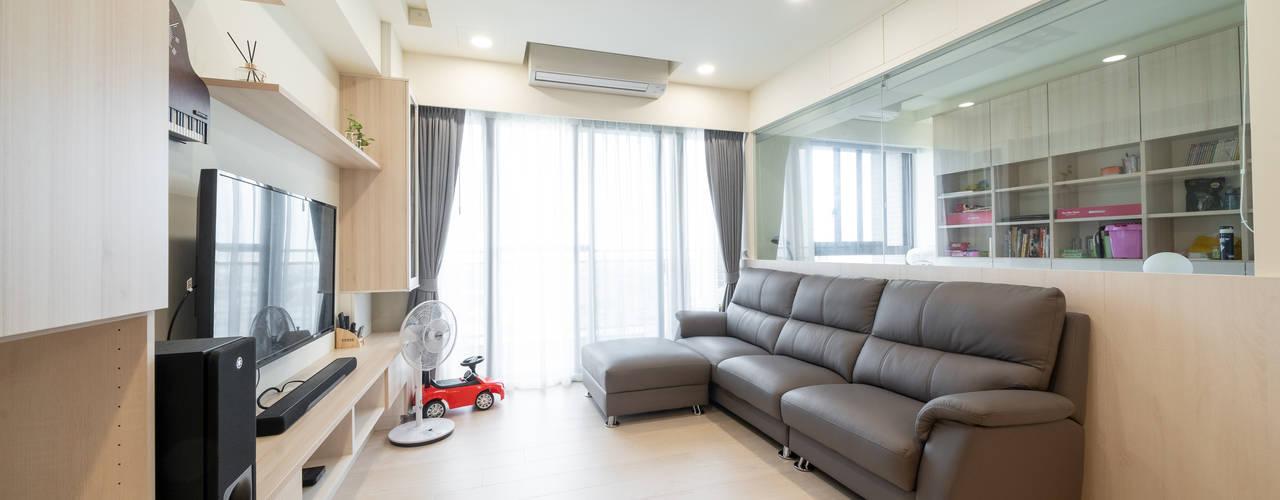 25坪簡約紓壓北歐風 收納機能強大的好宅:  客廳 by 藏私系統傢俱