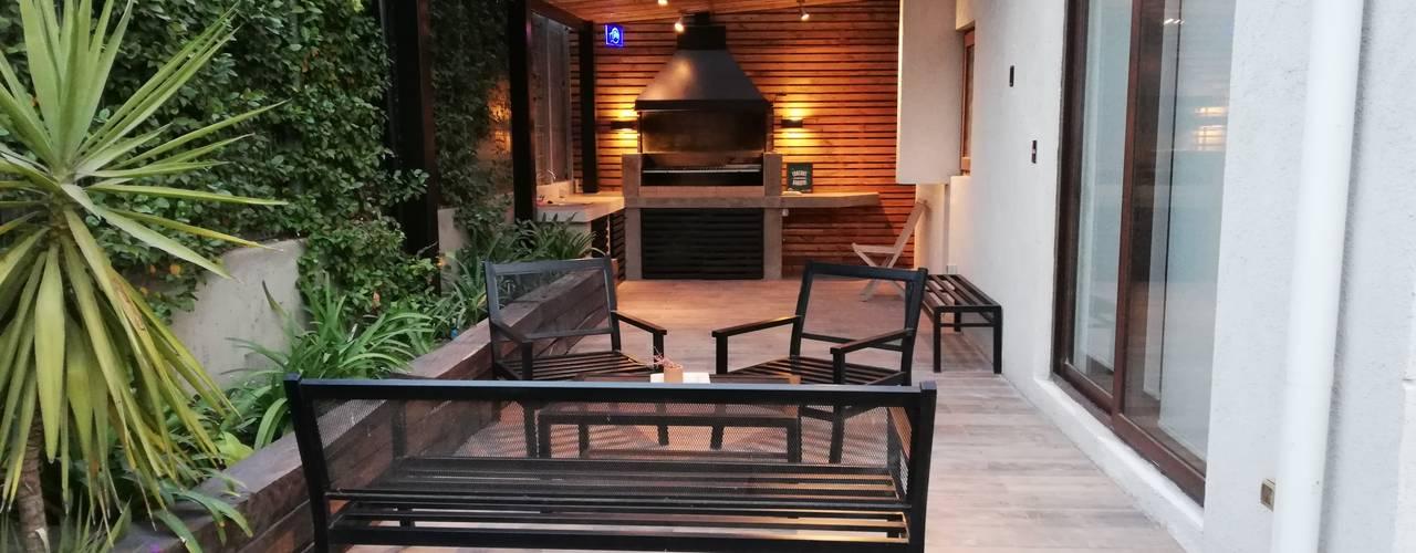 Balcones y terrazas de estilo clásico de Remodelaciones Santiago Eirl Clásico