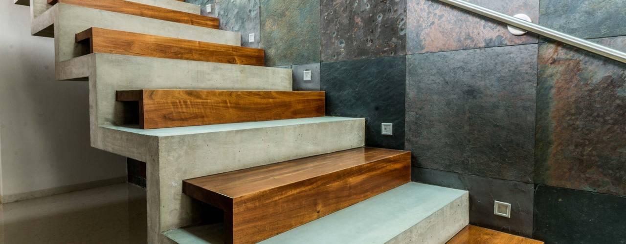 Escaleras de estilo  por GRUPO VOLTA, Moderno