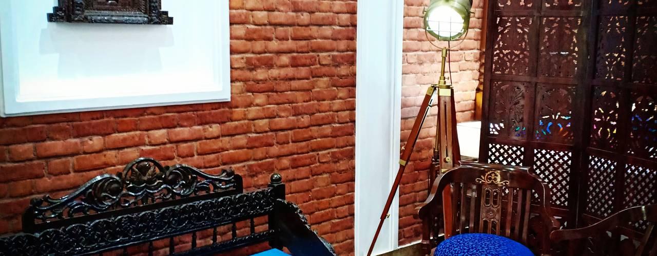 Studio apartment:  Living room by Maayish Architects,