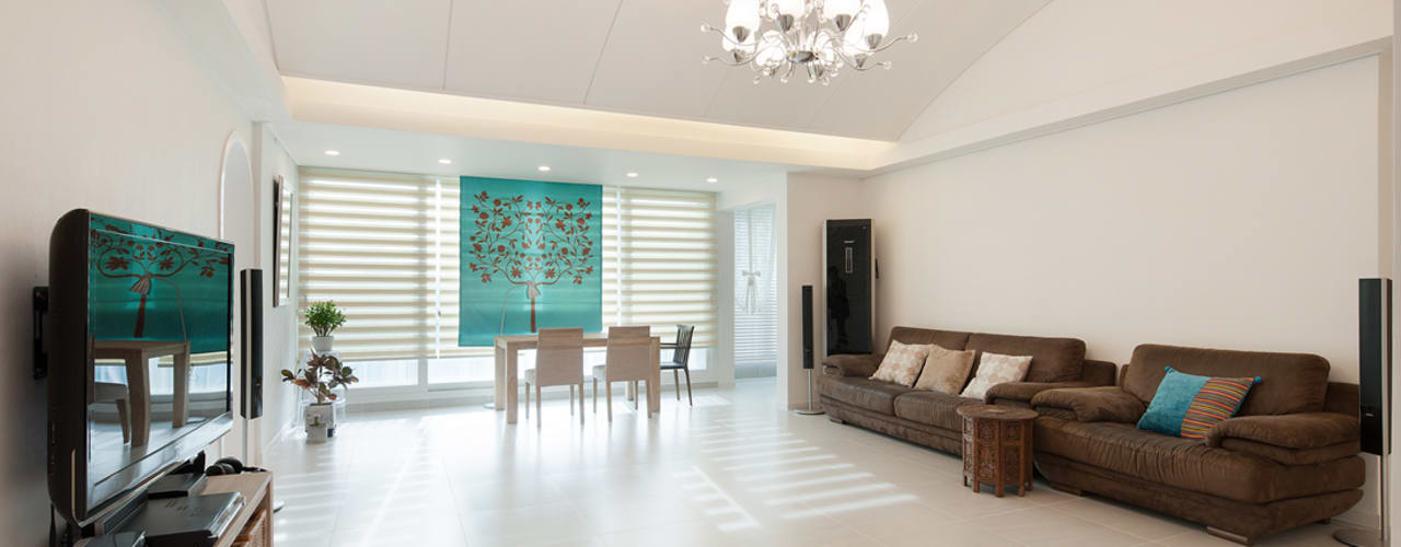 현대적인 고전미가 묻어나는 50평 아파트 인테리어 : 용인 수지구 대우 푸르지오 클래식스타일 거실 by BK Design Studio 클래식