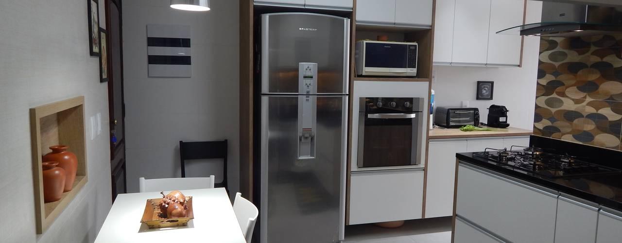 Cozinha repaginada: Armários e bancadas de cozinha  por Biancardine Interiores,