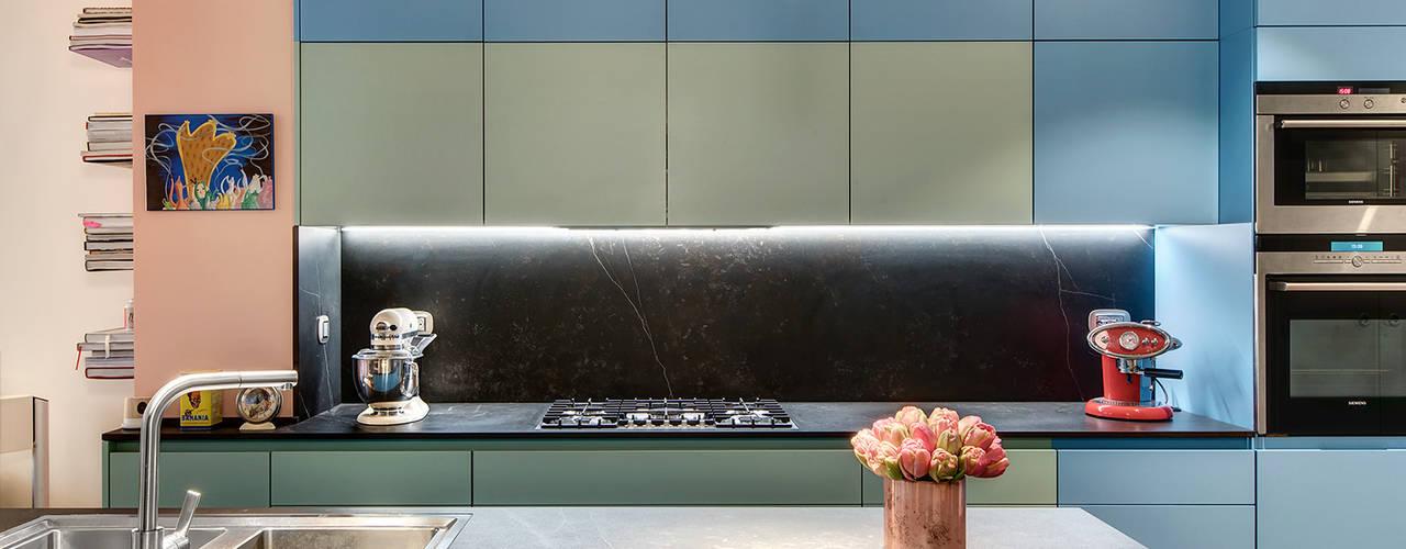"""Ristrutturazione, design e decorazione di un appartamento dallo spirito """"loft"""" vicino alla Tour Eiffel a Parigi. di Alessandra Pisi / Pisi Design Architetti Moderno"""