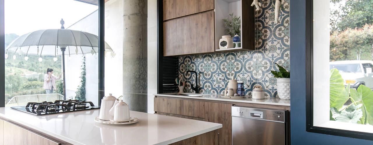 CASA ENTREMUROS Cocinas modernas de BASSICO ARQUITECTOS Moderno