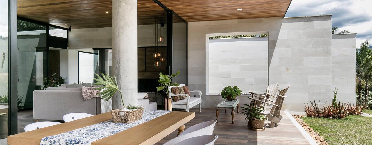 Balcones y terrazas de estilo moderno de BASSICO ARQUITECTOS Moderno