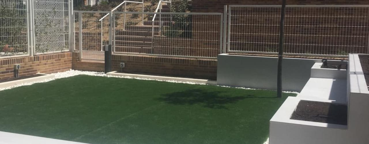 DISEÑO Y EJECUCIÓN DE JARDÍN PEQUEÑO EN ESTILO MINIMALISTA  EN MADRID.: Jardines con piedras de estilo  de RR Estudio Interiorismo en Madrid,