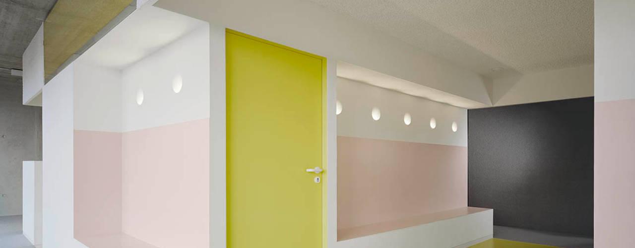 PRAXIS Dr.B. Farbige Gesundheit:  Praxen von AMUNT Architekten in Stuttgart und Aachen,