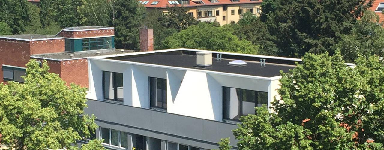 Weißes Dachgeschoss - Aufstockung und Sanierung eines Wohnhauses aus den 70er Jahren:  Häuser von boehning_zalenga  koopX architekten in Berlin,