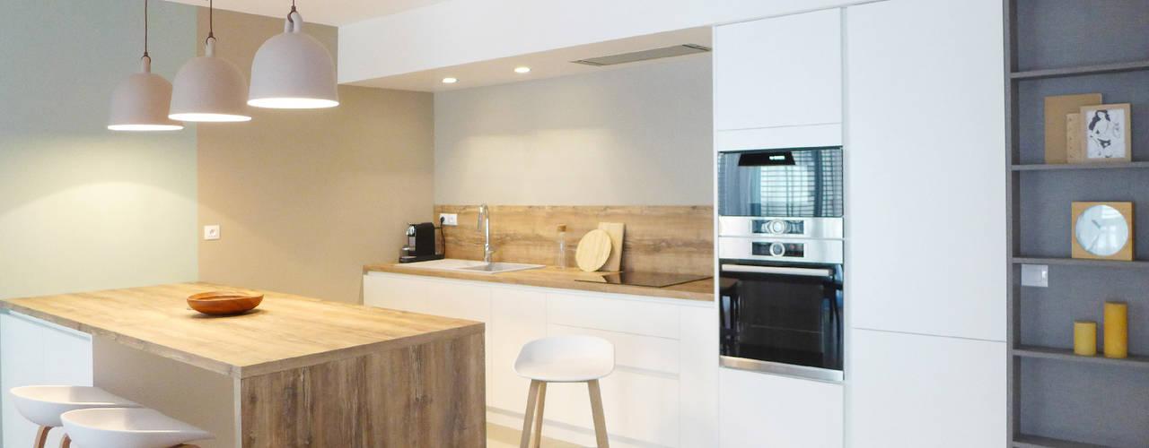 BLANC, BLEU, JAUNE | Un appartement au mobilier signé et sur mesure Skéa Designer Cuisine moderne Bois Blanc