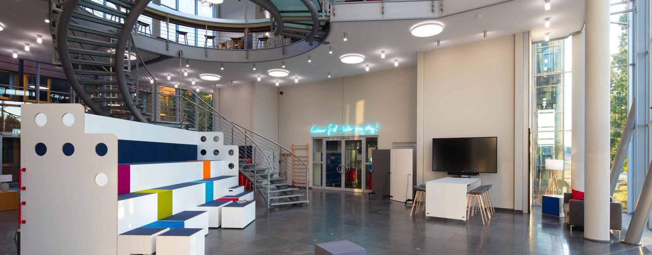 MTU Foyer Innobox 2.0 Moderne Bürogebäude von _WERKSTATT FÜR UNBESCHAFFBARES - Innenarchitektur aus Berlin Modern