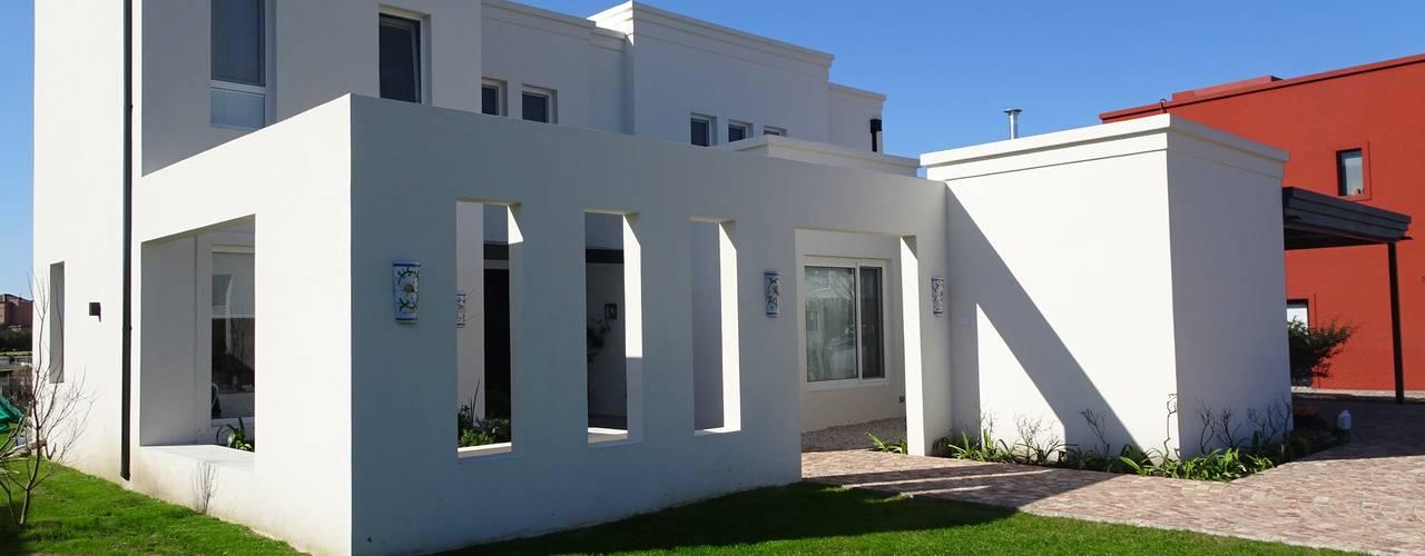 CASA MIRANDO AL LAGO: Casas unifamiliares de estilo  por Estudio Dillon Terzaghi Arquitectura - Pilar,Clásico