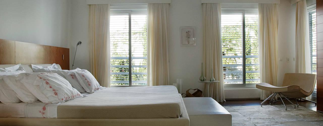 Casa de Playa Alexander Congonha Dormitorios de estilo moderno Blanco
