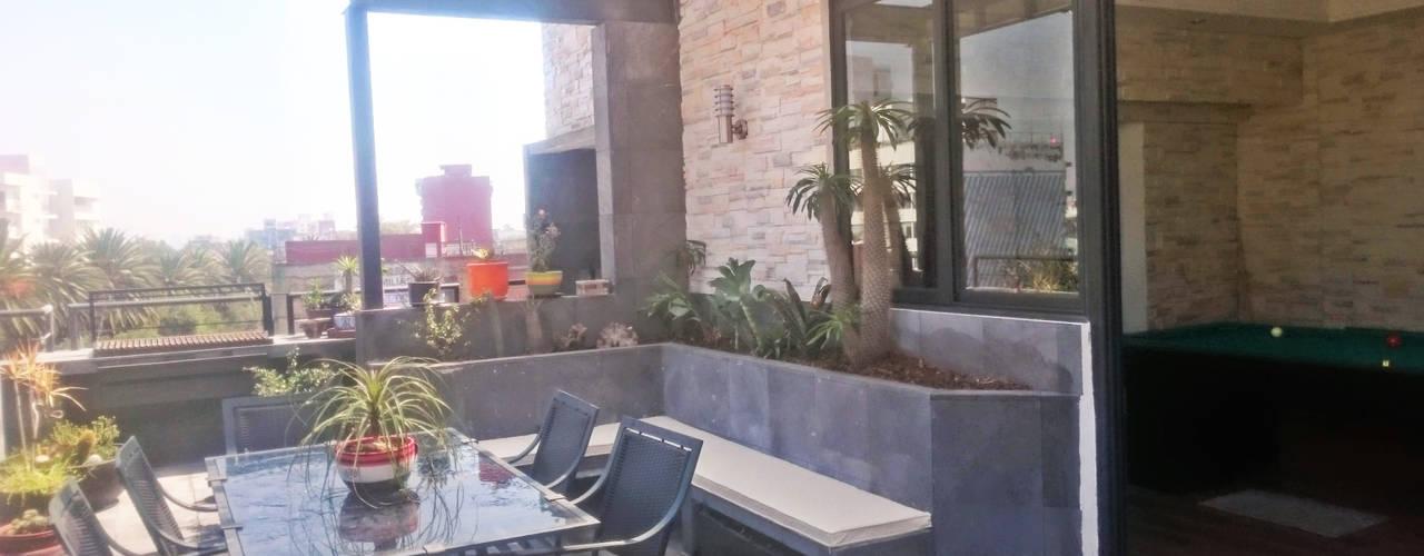 ROOF GARDEN Balcones y terrazas modernos de Creativo 84 Moderno