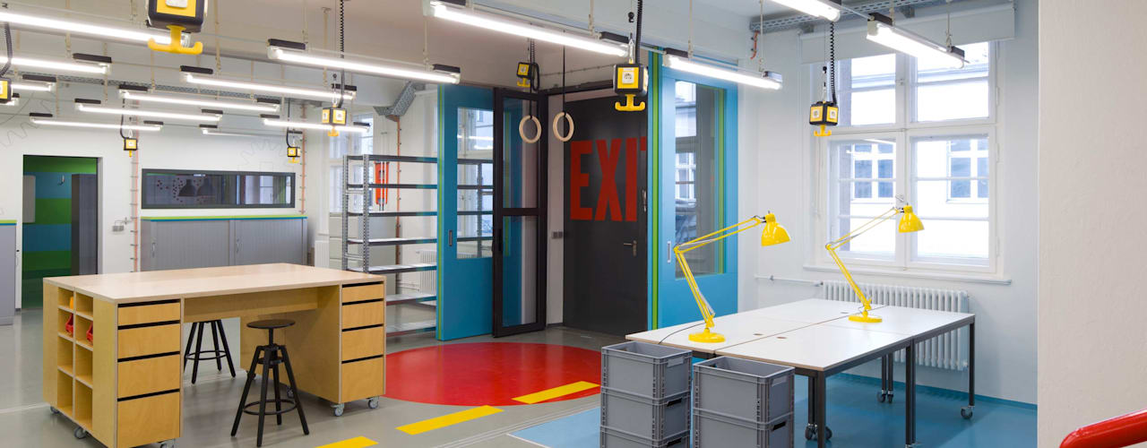 Projektgarage Moderne Bürogebäude von _WERKSTATT FÜR UNBESCHAFFBARES - Innenarchitektur aus Berlin Modern