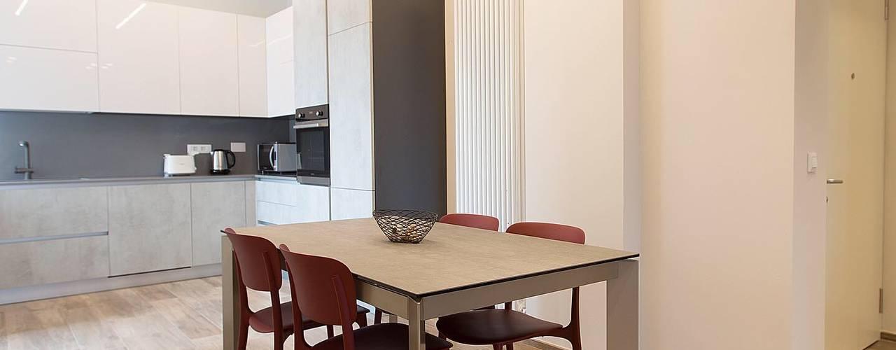CASA SA | SARZANA (SP) Sala da pranzo moderna di LM PROGETTI Moderno