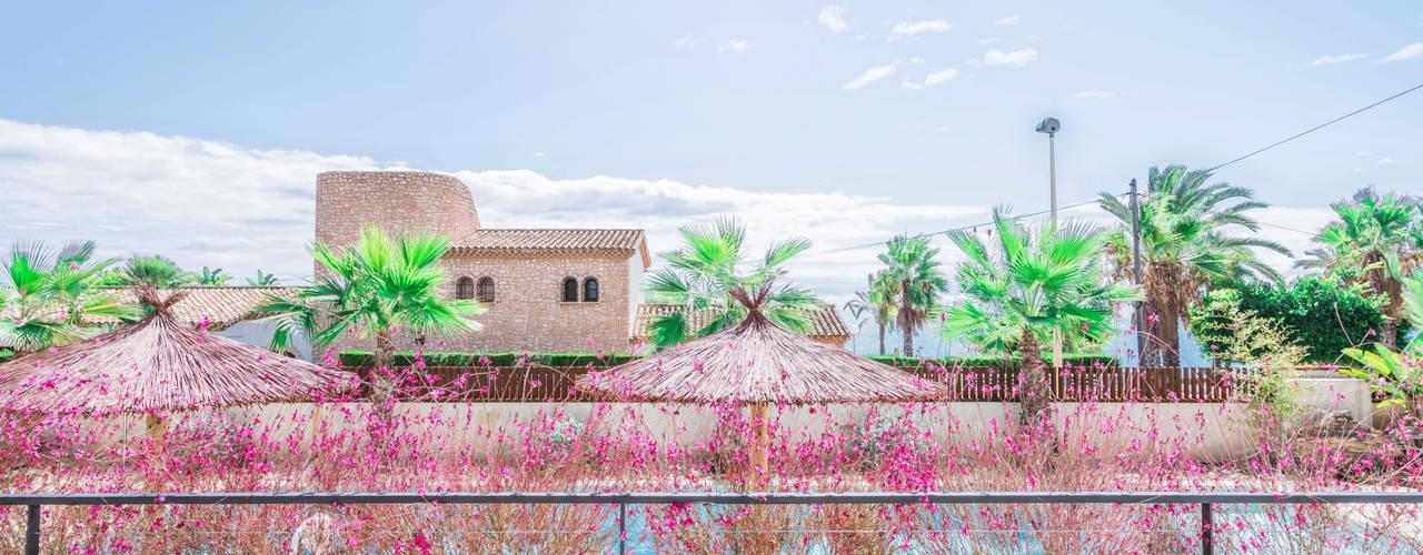Interiorismo de estilo mediterráneo y diseño de cocina en apartamento (casa en la playa) Balcones y terrazas de estilo mediterráneo de Francisco Pomares Arquitecto / Architect Mediterráneo