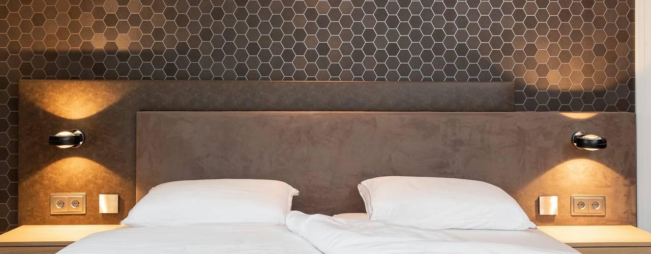 Grote slaapkamer met inloopkast: modern  door De Suite, Modern