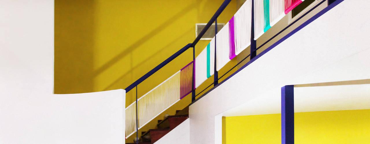 Cool Kids - Centro de Aprendizaje Sentido Arquitectura Escuelas de estilo moderno Multicolor