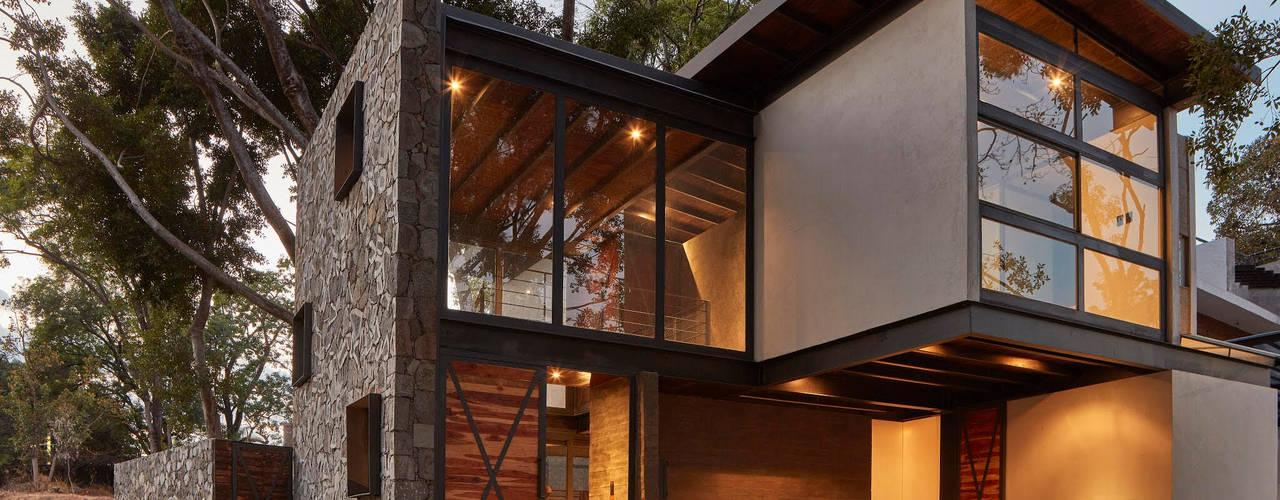 PETRAM ARQUITECTURA Small houses Stone Black