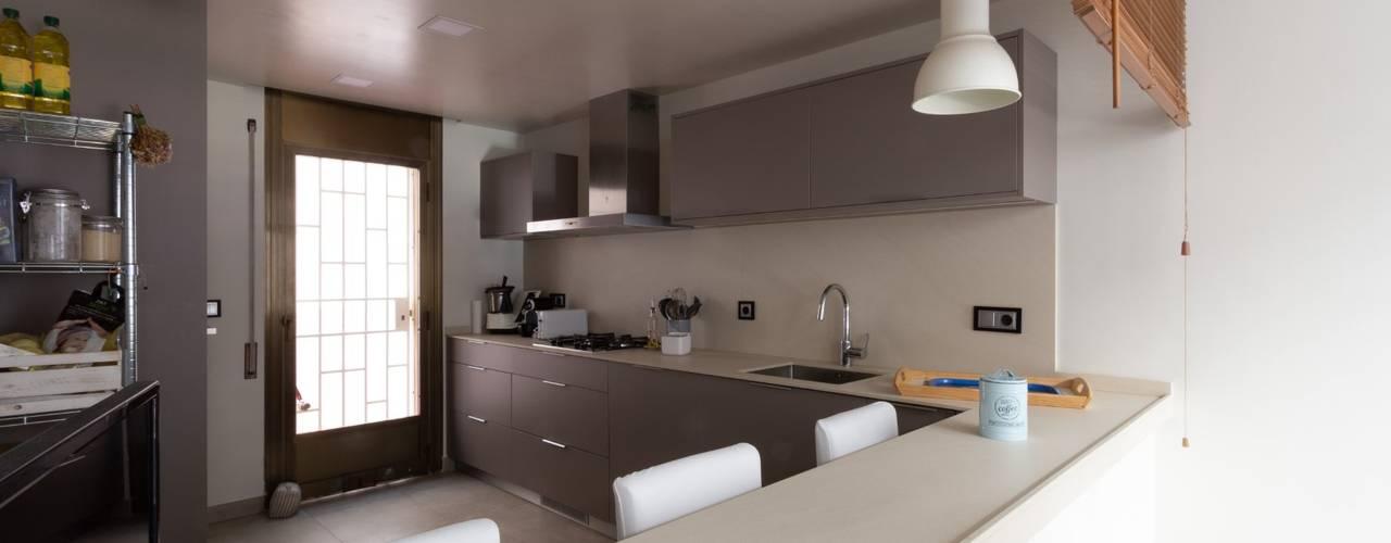 Reforma de vivienda unifamiliar de 3 plantas en Sant Just (Barcelona) Cocinas de estilo ecléctico de CREAPROJECTS. Interior design. Ecléctico