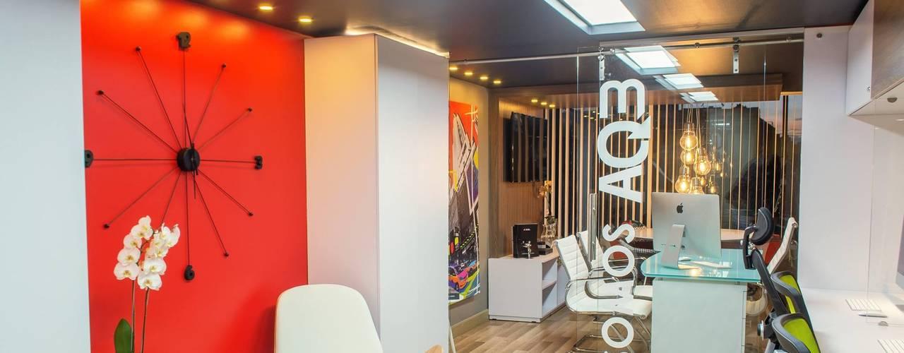 Pasillos, vestíbulos y escaleras modernos de AQ3 COL SAS Moderno