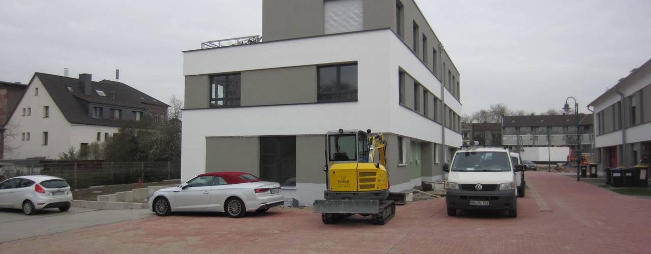 Einfamilienhaus mit Flachdach Moderne Autohäuser von Kaya Architekten Modern