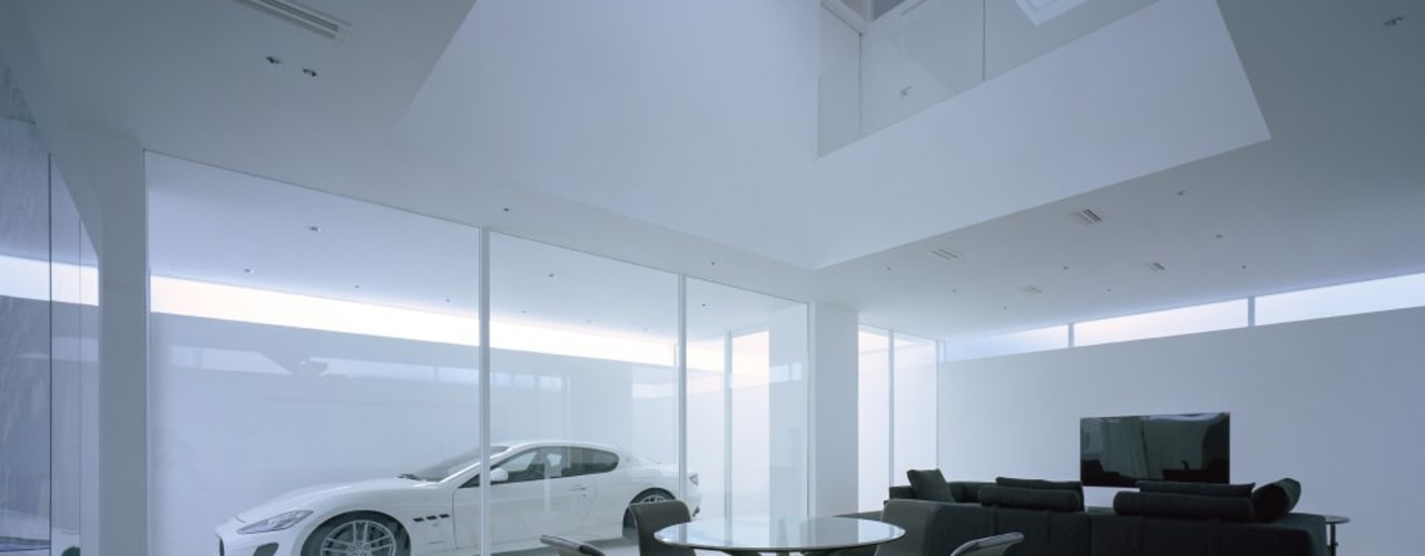 光のスリットが抜けるガレージハウス(香川県高松市)/House In Takamatsu 藤原・室 建築設計事務所 モダンデザインの リビング コンクリート 白色