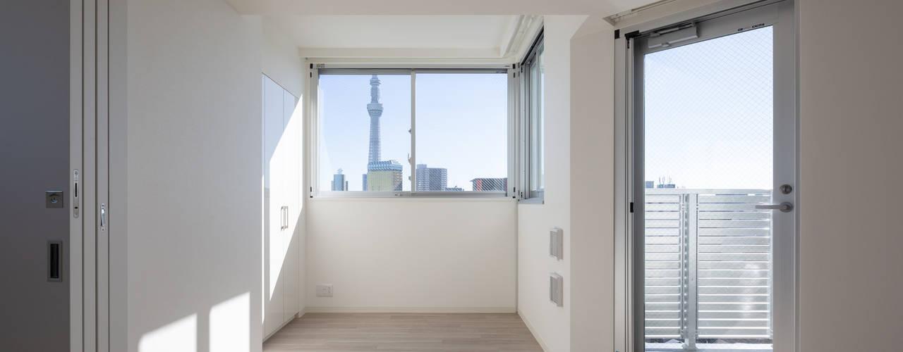 スカイツリーを望む浅草雷門の住まい モダンデザインの リビング の JWA,Jun Watanabe & Associates モダン