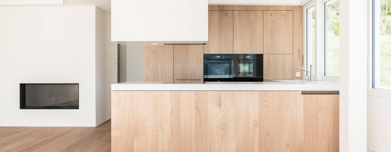 Küche mit Fronten in Kastanie von Portmann + Meier AG Modern