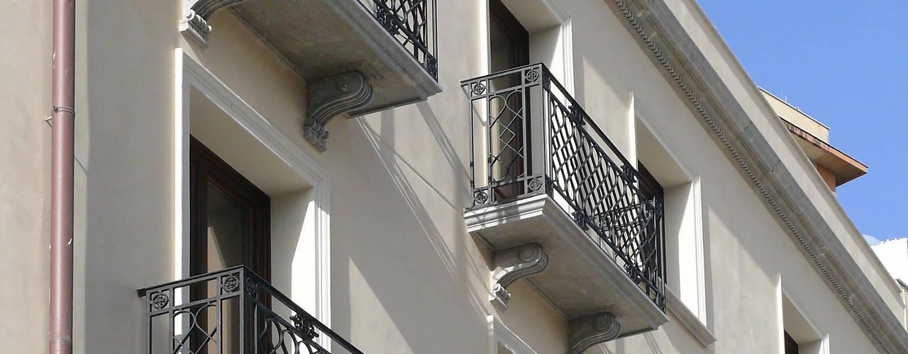 Bonus facciate 2020 - Balconi, cornicioni e portali in pietra e marmo Case classiche di CusenzaMarmi Classico