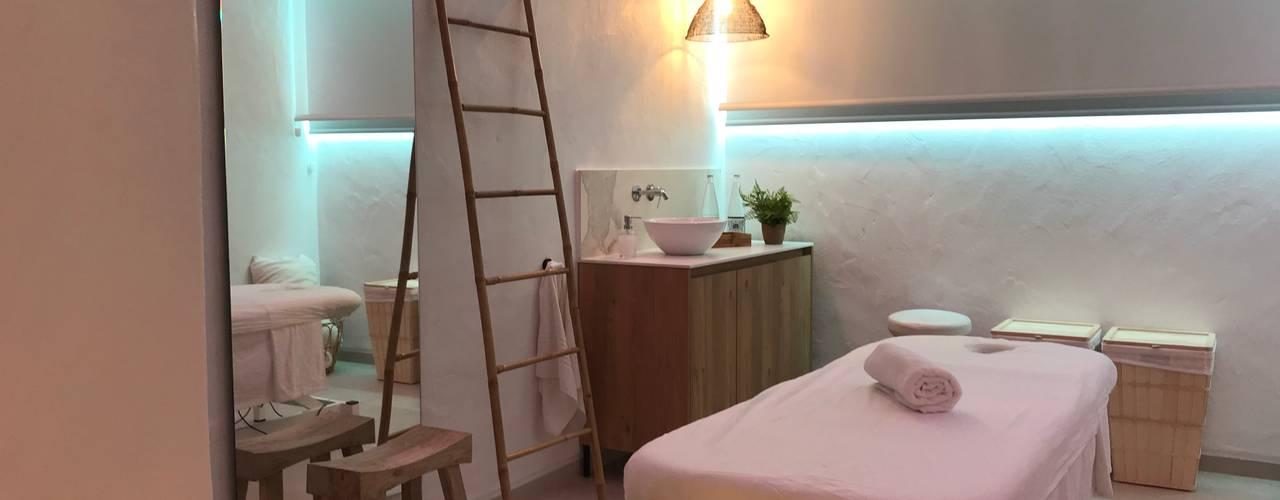 Diseño interior y reforma de Centro Wellnes Espacios comerciales de estilo mediterráneo de A interiorismo by Maria Andes Mediterráneo
