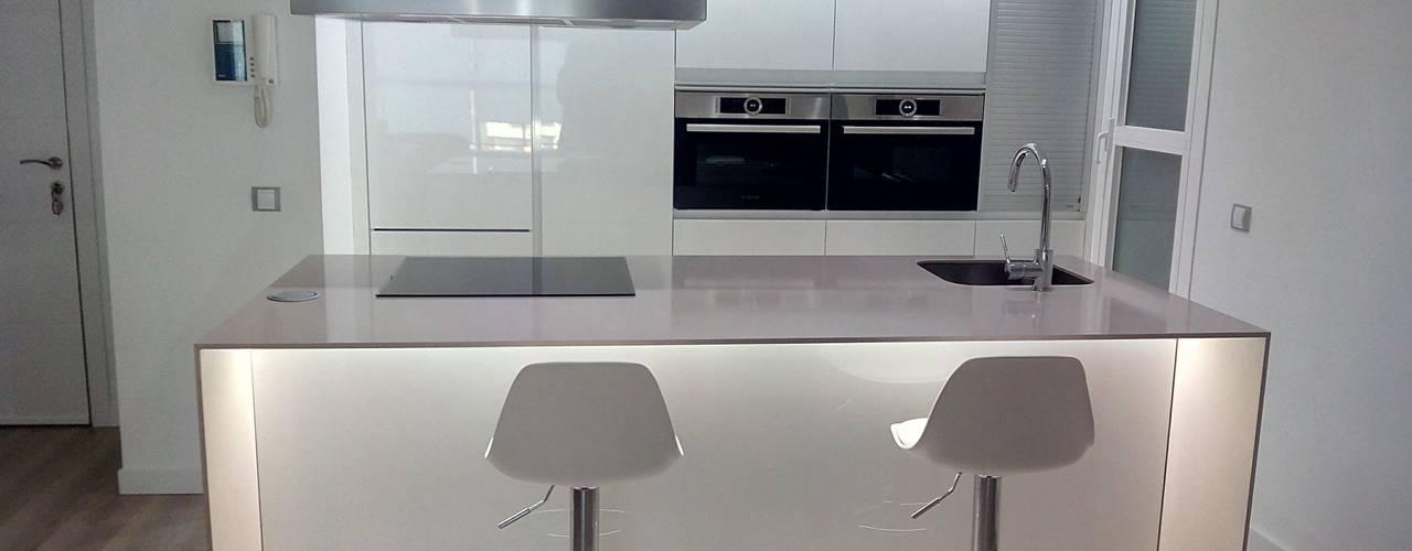 Reforma cocina abierta a salón en las Rozas Madrid. de O. R. Group Moderno