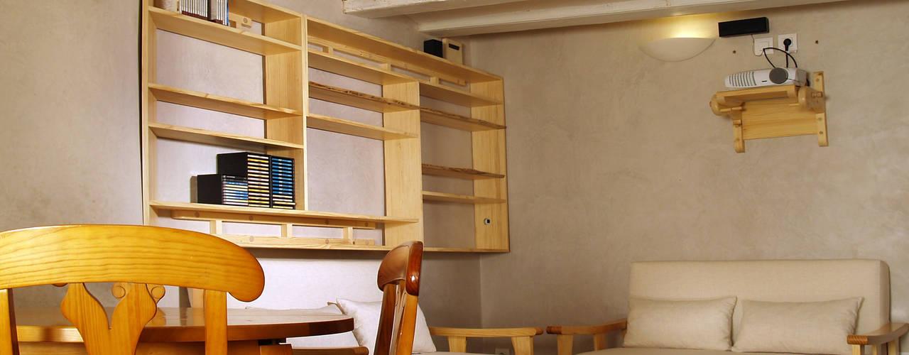 Rehabilitación de apartamento en edificio modernista. Centro de Barcelona Comedores de estilo mediterráneo de MONAGHAN DESIGN SAS Mediterráneo
