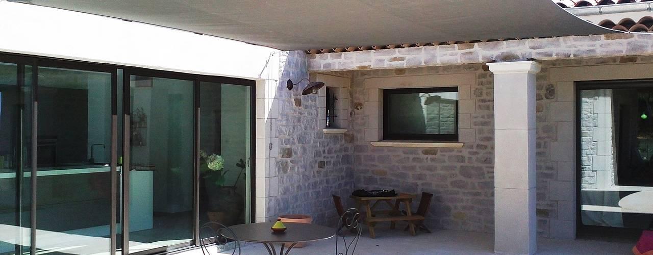 Schaduwdoek op terras: modern  door ZONZ sunsails, Modern
