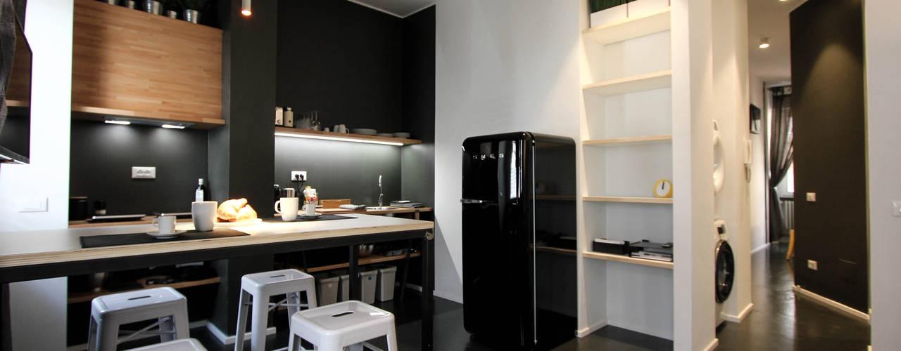 Small & cosy house in Milano Sala da pranzo moderna di ibedi laboratorio di architettura Moderno