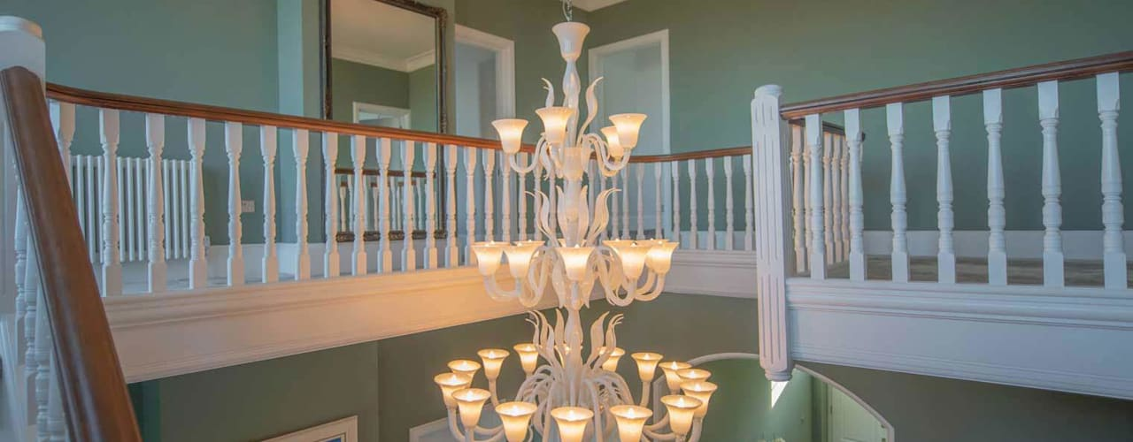 Classic style corridor, hallway and stairs by MULTIFORME® lighting Classic