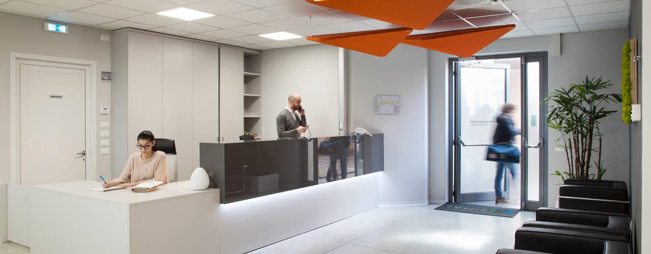 Interni sede SIMAL Business Center a Vicenza Complesso d'uffici moderni di Studio Dalla Vecchia Architetti Moderno