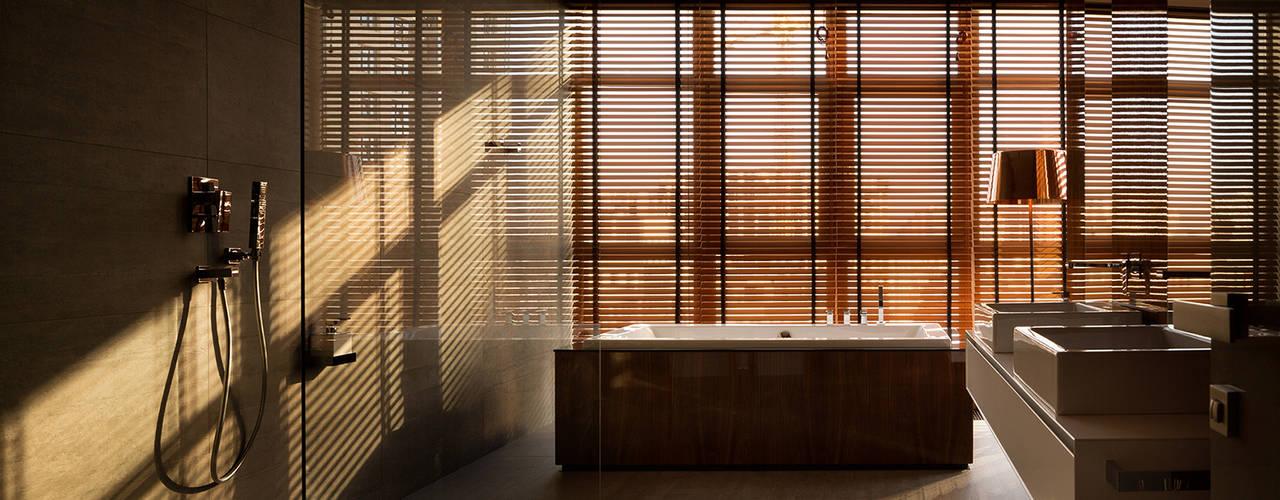 若い家族が住んでいるモダンなインテリア。デザインプロジェクト「Gray and Walnut」 モダンスタイルの お風呂 の Design Studio Yuriy Zimenko モダン