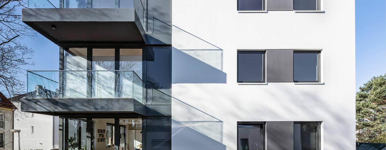 Neubau mit großzügiger Glasfassade boehning_zalenga koopX architekten in Berlin Mehrfamilienhaus Weiß
