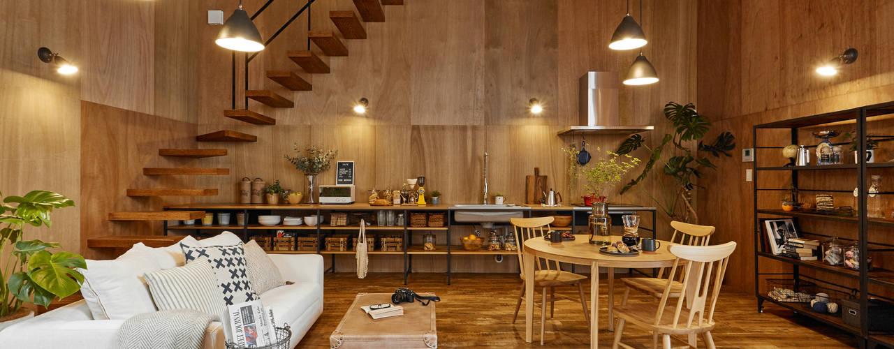 土間のあるローコスト木造住宅 IGArchitects ラスティックデザインの リビング 木 木目調