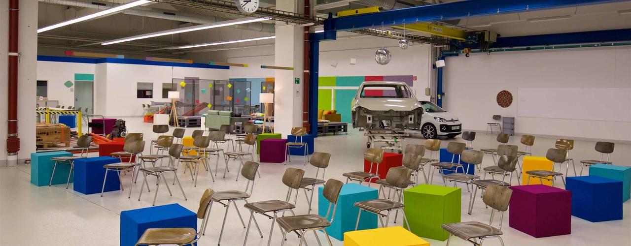 VW - BarCamp Moderne Bürogebäude von _WERKSTATT FÜR UNBESCHAFFBARES - Innenarchitektur aus Berlin Modern