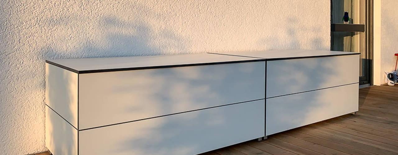 """Terrassenschrank @win """"Sitzboards"""" - wetterfest & UV-beständig design@garten - Alfred Hart - Design Gartenhaus und Balkonschraenke aus Augsburg Moderner Balkon, Veranda & Terrasse Holz-Kunststoff-Verbund Weiß"""