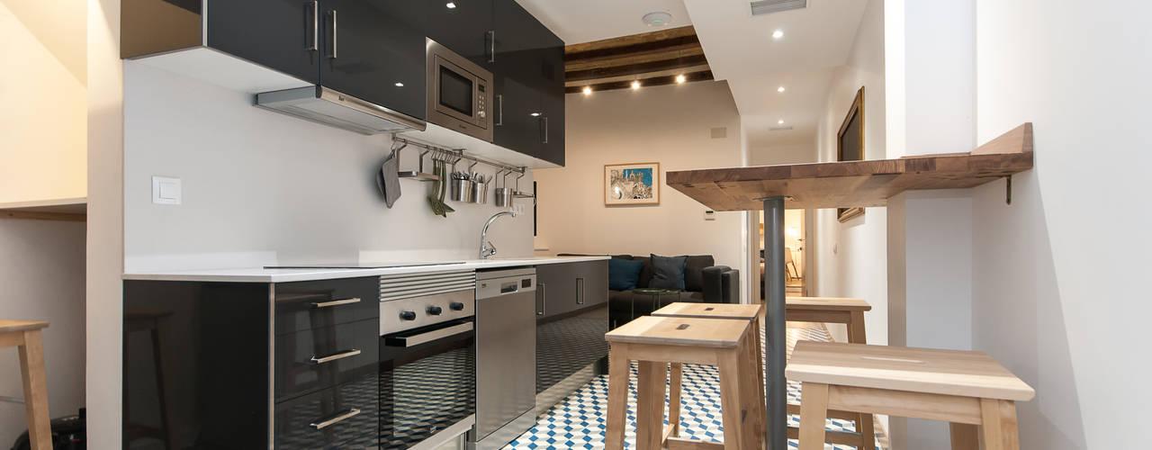 REFORMA INTEGRAL EDIFICIO Cocinas de estilo moderno de Renova-T Moderno