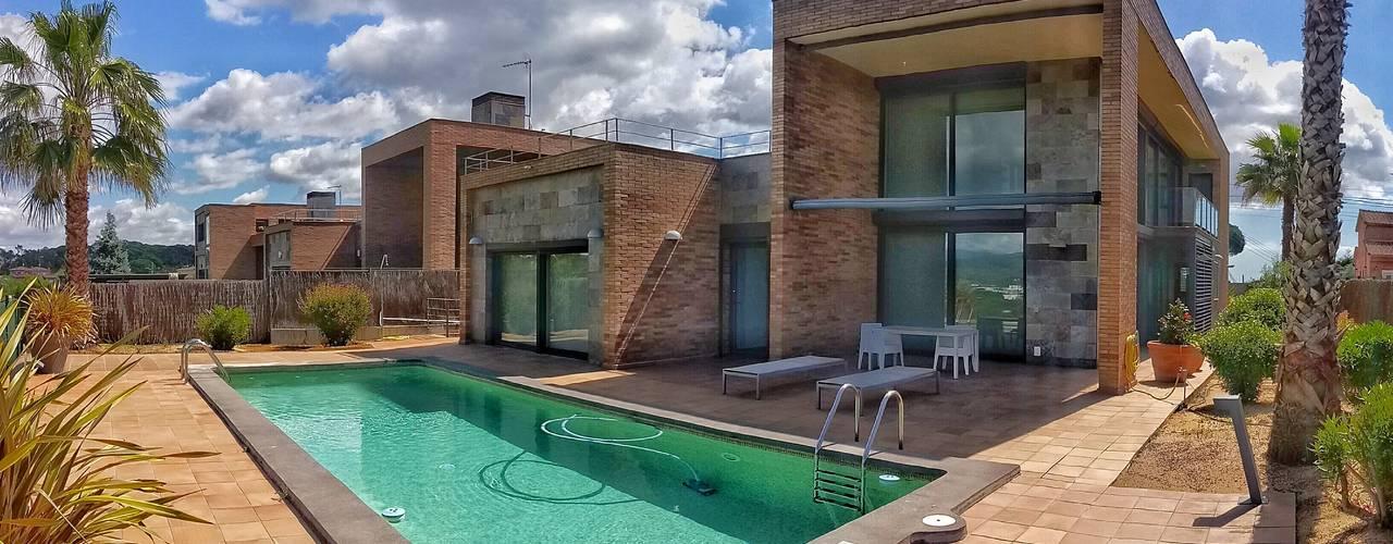 3 HABITAGES A MIDA - 3 VIVIENDAS A MEDIDA Piscinas de estilo moderno de FARRIOL i COL.LABORADORS arquitectes Moderno